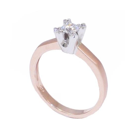 Δαχτυλίδι μονόπετρο ροζ χρυσό Κ14 και λευκόχρυση βάση πέτρας και πέτρες καρφωμένες στα στελέχη. Η γάμπα στην εξωτερική μεριά είν